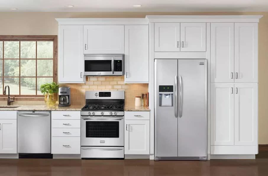 Frigidaire with water dispenser